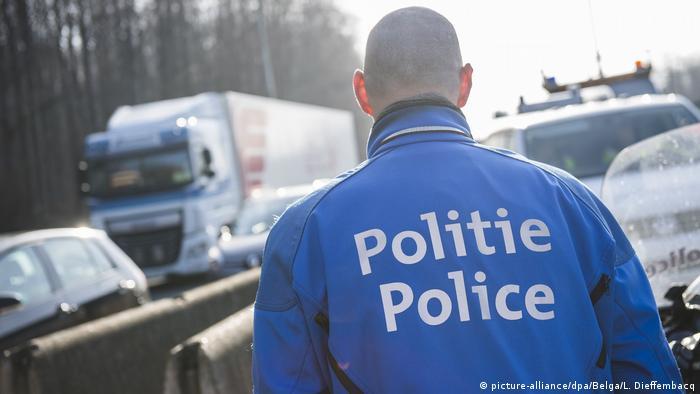 A policeman in Belgien (picture-alliance/dpa/Belga/L. Dieffembacq)