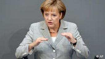 Bundeskanzlerin Angela Merkel gestikuliert am Donnerstag, 2. Juli 2009, waehrend ihrer Rede im Bundestag in Berlin.