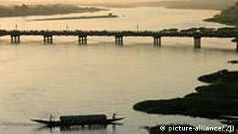 Brücke über den Fluss Niger (Foto: picture alliance)
