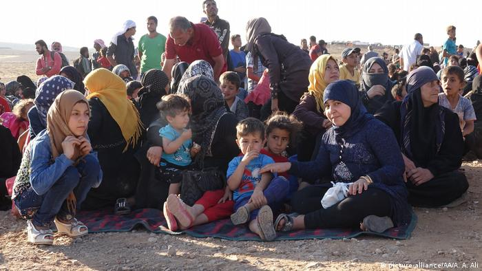Refugees from Daraa wait at the morning near Jordan