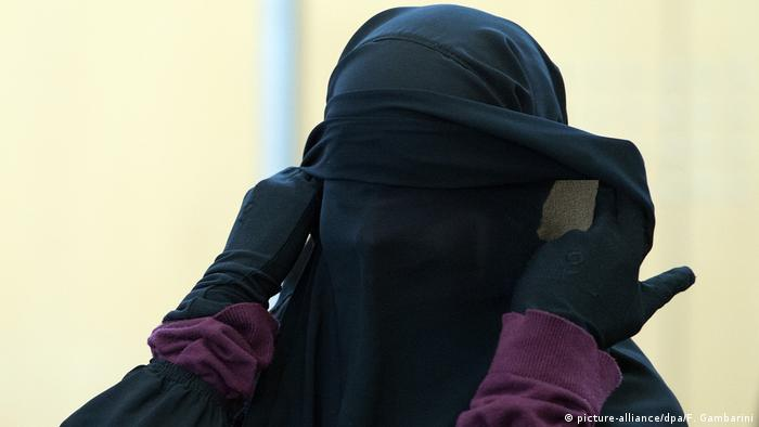 Trial against former IS member Jennifer Vincenza M. in Düsseldorf (picture-alliance/dpa/F. Gambarini)