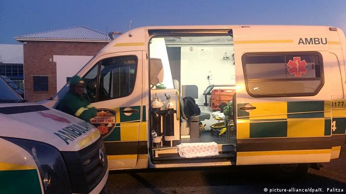 An ambulance with its side door open in South Africa (picture-alliance/dpa/K. Palitza)