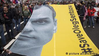 Protesters hold a yellow banner showing Oleg Sentsov at a protest in Moscow (picture alliance/dpa)