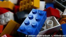 ARCHIV - ILLUSTRATION - 22.10.2015, Bayern, Kaufbeuren: Lego-Steine liegen auf dem Boden. (zu dpa «Schlachtfeld Internet: Wenn Hersteller zu Online-Händlern werden» vom 03.07.2018) Foto: Karl-Josef Hildenbrand/dpa +++ dpa-Bildfunk +++ | Verwendung weltweit