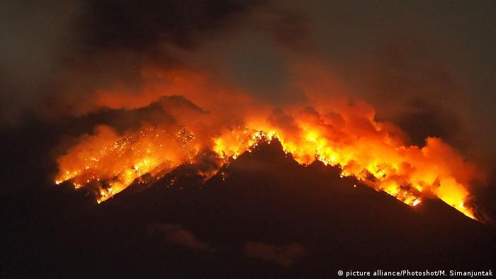 Ausbruch Mount Agung auf Bali (picture alliance/Photoshot/M. Simanjuntak)