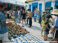 Insel Djerba, Touristen auf dem Markt in Midoun, Medenine, Tunesien