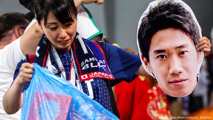 打掃衛生的日本球迷 與此同時,也要為日本球迷點贊。在幾場比賽結束後,日本球迷都自發打掃起球場看台。在1/8決賽被淘汰後,日本隊的工作人員還打掃了更衣室,並留下俄語「感謝」字條,讓人不禁伸出大拇指。