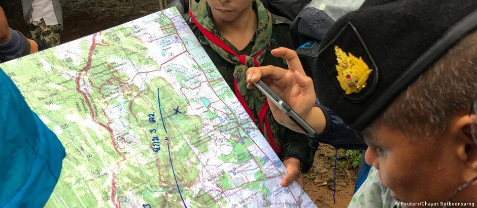 Equipes de resgate analisam mapa da região onde está localizada a caverna, na província de Chiang Rai
