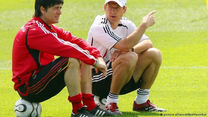 Löw, 2004-2006 yılları arasında Alman Milli Takımı'nda Jürgen Klinsmann'ın yardımcılığını yapmıştı.