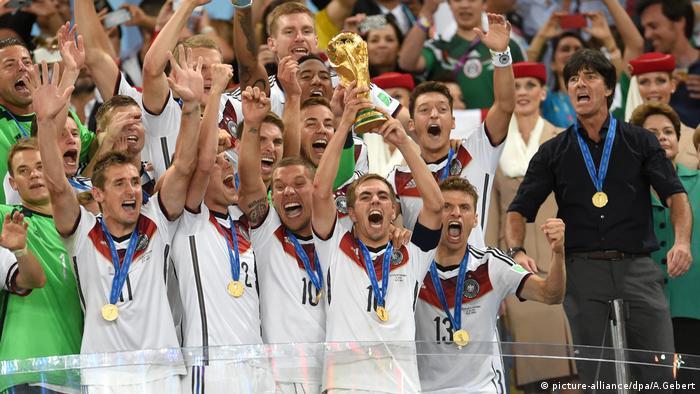 WM - Manuel Neuer, Miroslav Klose, Kevin Großkreutz, Lukas Podolski, Thomas Mueller und Bundestrainer Joachim Löw (picture-alliance/dpa/A.Gebert)