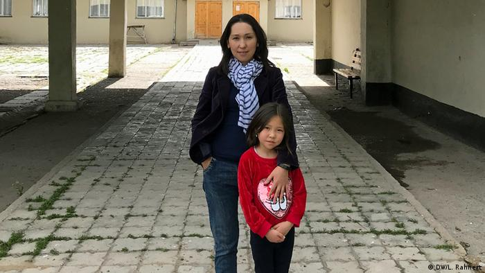 Aidatka Kadyrshanova and her mother Aizada Kalkanbekova. Kalkanbekova runs the community radio station in Suusamyr. (DW/L. Rahnert)