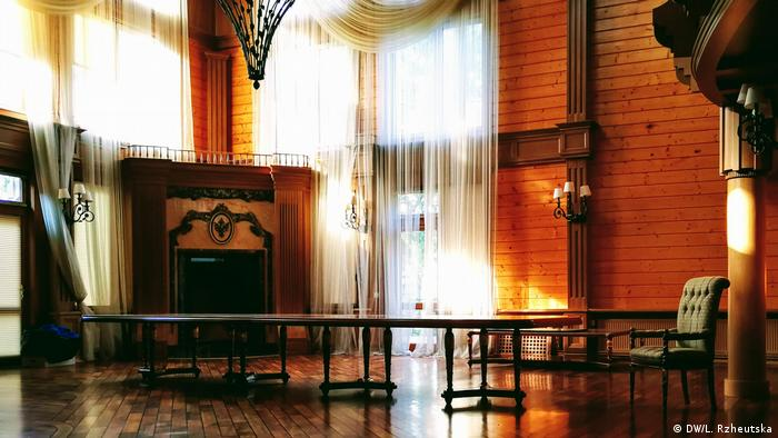 За столом на 18 персон збиралося після полювання найближче оточення Януковича