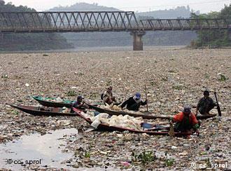 Em Bandung, Java - Rio Citarum sufocado pelo lixo