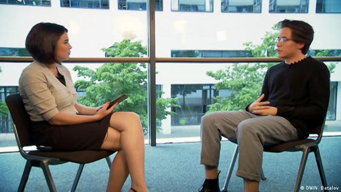 Егор Чернюк во время интервью с Жанной Немцовой