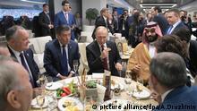 14.06.2018, Russland, Moskau: Wladimir Putin (M), Präsident von Russland, spricht in der Halbzeit des Eröffnungsspiels Russland gegen Saudi-Arabien mit seinen Gästen: Igor Dodon, Präsident Moldaviens, Sooronbai Jeenbekov, Präsident Kirgisistan und Mohammed bin Salman, Kronprinz von Saudi-Arabien. Foto: Alexei Druzhinin/Pool Sputnik Kremlin/AP/dpa +++ dpa-Bildfunk +++  