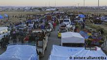 HANDOUT - 30.06.2018, Syrien, Daraa: Dieses von Nabaa Media, einem Nachrichtensender der syrischen Opposition, zur Verfügung gestellte Bild zeigt Menschen, die zu Fuß oder mit ihren Fahrzeugen aus der Stadt Daraa an der Grenze zu Jordanien flüchten. Die Lage in der heftig bombardierten Stadt Daraa im Süden Syriens spitzt sich nach Angaben der Vereinten Nationen weiter zu. Nach Schätzungen des UN-Flüchtlingshilfswerks (UNHCR) befinden sich 40 000 Vertriebene an der Grenze zu Jordanien. Das UNHCR appellierte zusammen mit dem UN-Menschenrechtsbüro an Jordanien, die Grenze zu öffnen und die Menschen zu retten. (zu dpa Drama um Daraa inSyrien:UN bitten Jordanien um Flüchtlingsaufnahme vom 03.07.2018) Foto: Uncredited/Nabaa Media/AP/dpa - ACHTUNG: Nur zur redaktionellen Verwendung im Zusammenhang mit der aktuellen Berichterstattung und nur mit vollständiger Nennung des vorstehenden Credits +++ dpa-Bildfunk +++ |