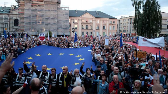 Protest w Warszawie przeciwko wysłaniu na emeryturę części sędziów Sądu Najwyższego