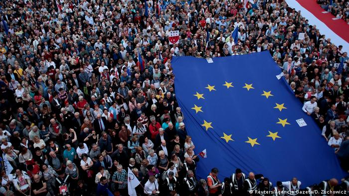 Thousands of people protesting in Warsaw against the Polish government's judicial reforms