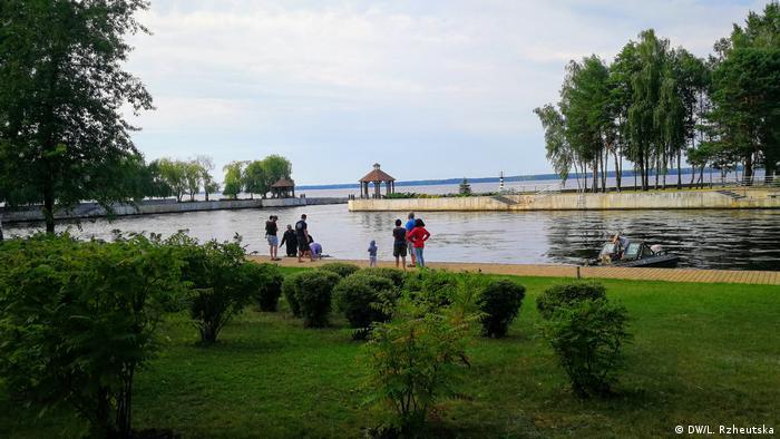 Отдыхающие на территории Сухолучья
