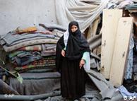 زنی فلسطینی  در کنار ویرانههای خانهاش