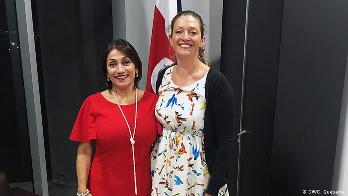 La ministra de Economía de Costa Rica, Victoria Hernández y Carolina Quesada, periodista DW.