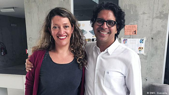 Édgar Mora, ministro de Educación de Costa Rica, junto a Carolina Quesada, reportera de DW.