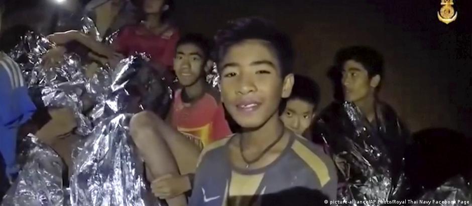 Grupo de 12 adolescentes e técnico de futebol ficaram presos em caverna no dia 23 de junho