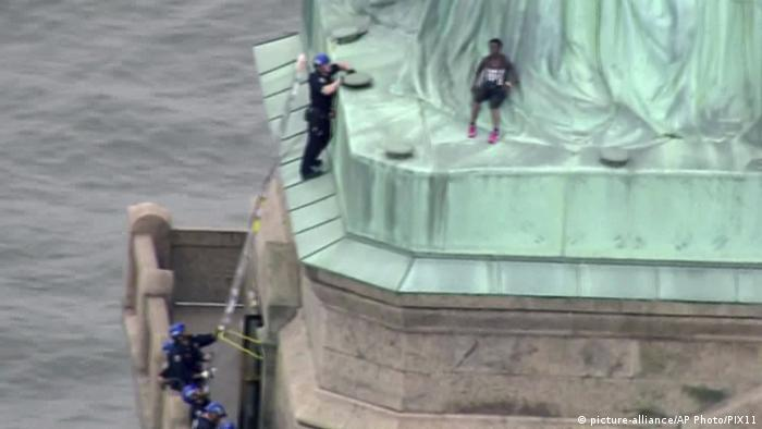 New York Protest auf der Freiheitsstatue (picture-alliance/AP Photo/PIX11)