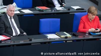 Хорст Зеехофер и Ангела Меркель на заседании бундестага