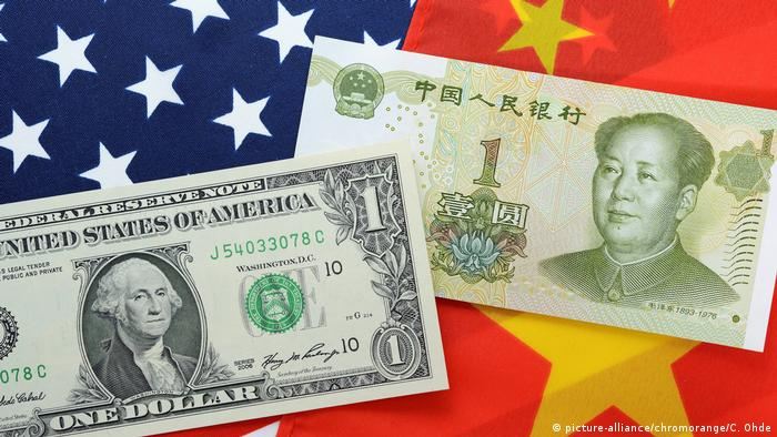 Symbolbild Handelskrieg USA und China mit Dollar- und Yuan-Geldschein (picture-alliance/chromorange/C. Ohde)