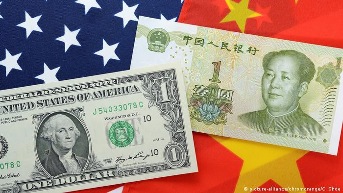 Symbolbild Handelskrieg USA und China mit Dollar- und Yuan-Geldschein
