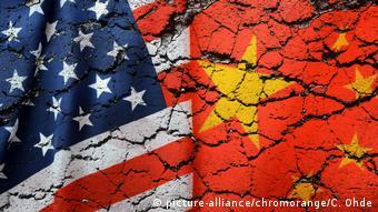 Флаги США и Китая на растрескавшемся асфальте