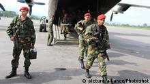 Venezuela Tachira - GNB Einheiten verlassen Flugzeug der Venezuelan Air Force nahe der Grenze Kolumbien/Venezuela