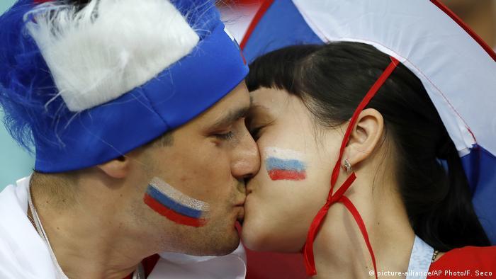 Болельщики целуются
