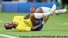 27.06.2018 Neymar (10, Brasilien) waelzt sich am Boden (180627) -- MOSKAU, RUSSLAND, 27.06.2018 -- Fussball, FIFA Weltmeisterschaft 2018 in Russland. Gruppe E, 3. Spieltag, Serbien - Brasilien | Verwendung weltweit