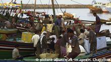 5JE-H1-Y1-2002-1 Hodeida, Hafen, Fischer / Foto Hodeia (Jemen), Hafen. - Fischer verkaufen ihren Fang. - Foto, 2002. E: Hodeida / Harbour / Fishermen / Photo Hodeida (Yemen). Harbour. - Fishermen selling their catch. - Photo, 2002. |