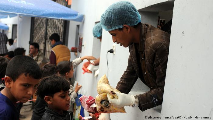 Yemen Sanaa - Kinder erhalten essen