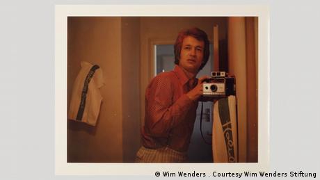 Από τη δεκαετία του '60 μέχρι το τέλος της δεκαετίας του '80 o σκηνοθέτης Βιμ Βέντερς είχε βγάλει πάνω από 12.000 φωτογραφίες με τη θρυλική φωτογραφική μηχανή πολαρόιντ. Tις περισσότερες τις δώριζε αμέσως. Όσες διασώθηκαν βρίσκονταν φυλαγμένες σε παλιά κουτιά από πούρα. Οι πολαρόιντ δεν είχαν καλό φόκους, ωστόσο είχαν το πλεονέκτημα ότι εμφανίζονταν επί τόπου και πολύ γρήγορα.