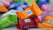 ARCHIV- Bunt verpackte Schokoladenstückchen der Marke Ritter Sport, aufgenommen am 10.02.2013 in Inzell (Bayern). Der Prozess über einen Aromastoff in «Ritter-Sport»-Schokolade wird vor dem Münchner Landgericht fortgesetzt. Foto: Tobias Hase/dpa (zu dpa «Gericht verhandelt weiter im Streit über Schokolade-Aroma» vom 23.12.2013) +++(c) dpa - Bildfunk+++ | Verwendung weltweit