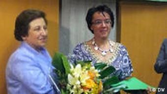 شیرین عبادی به نمایندگی از نرگس محمدی جایزهی بنیاد الکساندر لانگر را در ایتالیا دریافت کرد