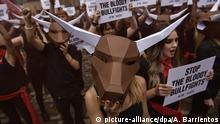 05.07.2018, Spanien, Pamplona: Demonstranten protestieren einen Tag vor dem berühmten San Fermin Festival vor der dem Rathaus gegen Stierkämpfe. Die Chupinazo Eröffnungszeremonie des Festivals am 6.Juli umfasst nebenMusik und Tanz auch Stiertreiben. Foto: Alvaro Barrientos/AP/dpa +++ dpa-Bildfunk +++ |