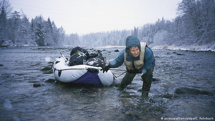 Carmen Rohrbach pulling a rubbber boat (picture-alliance/dpa/C. Rohrbach)