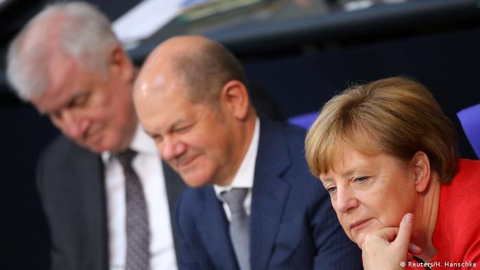 Seehofer, Scholz, Merkel (Reuters/H. Hanschke)