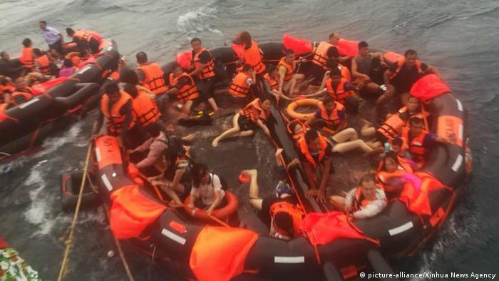 Rescued tourists are seen on life rafts near the island of Phuket, Thailand (picture-alliance/Xinhua News Agency)