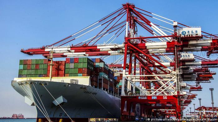 China Qingdao - Containerhafen (picture-alliance/dpa/Imaginechina/H. Jiajun)