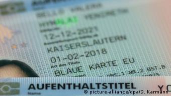 Blaue Karte für ausländische Fachkräfte (picture-alliance/dpa/D. Karmann)