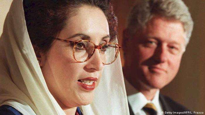 Premierministerin Pakistan Benazir Bhutto mit US-Präsident Bill Clinton (Getty Images/AFP/L. Frazza)