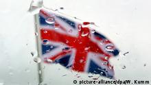 ARCHIV - 23.06.2015, Berlin: Blick durch eine vom Regen benetzte Autoscheibe auf eine britische Flagge, aufgenommen am 23.06.2015 vor dem Schloss Bellevue in Berlin. (zu Britisches Kabinett trifft sich zum Brexit-Showdown vom 06.07.2018) Foto: Wolfgang Kumm/dpa +++ dpa-Bildfunk +++ | Verwendung weltweit