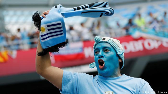 Uruguay-Fransa maçı öncesinde Uruguay takımını tutan bir taraftar takımına destek veriyor