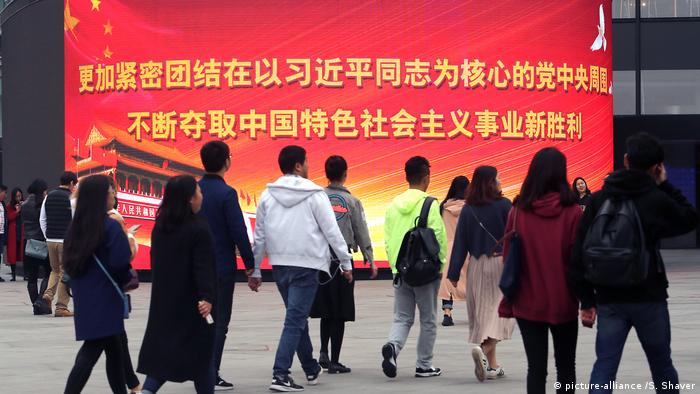 China, Bejing: Kommunistische Slogans auf elektronischem Display (picture-alliance /S. Shaver)